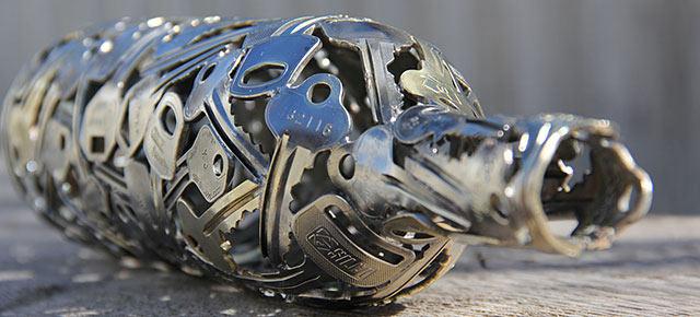 Artista transforma viejas llaves y monedas en bello arte