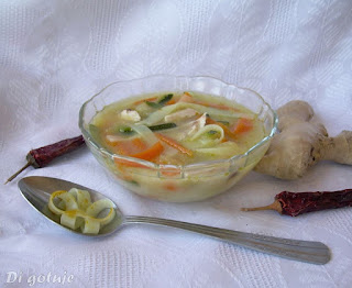 Zupa po tajsku z kurczakiem, cukinią i makaronem ryżowym