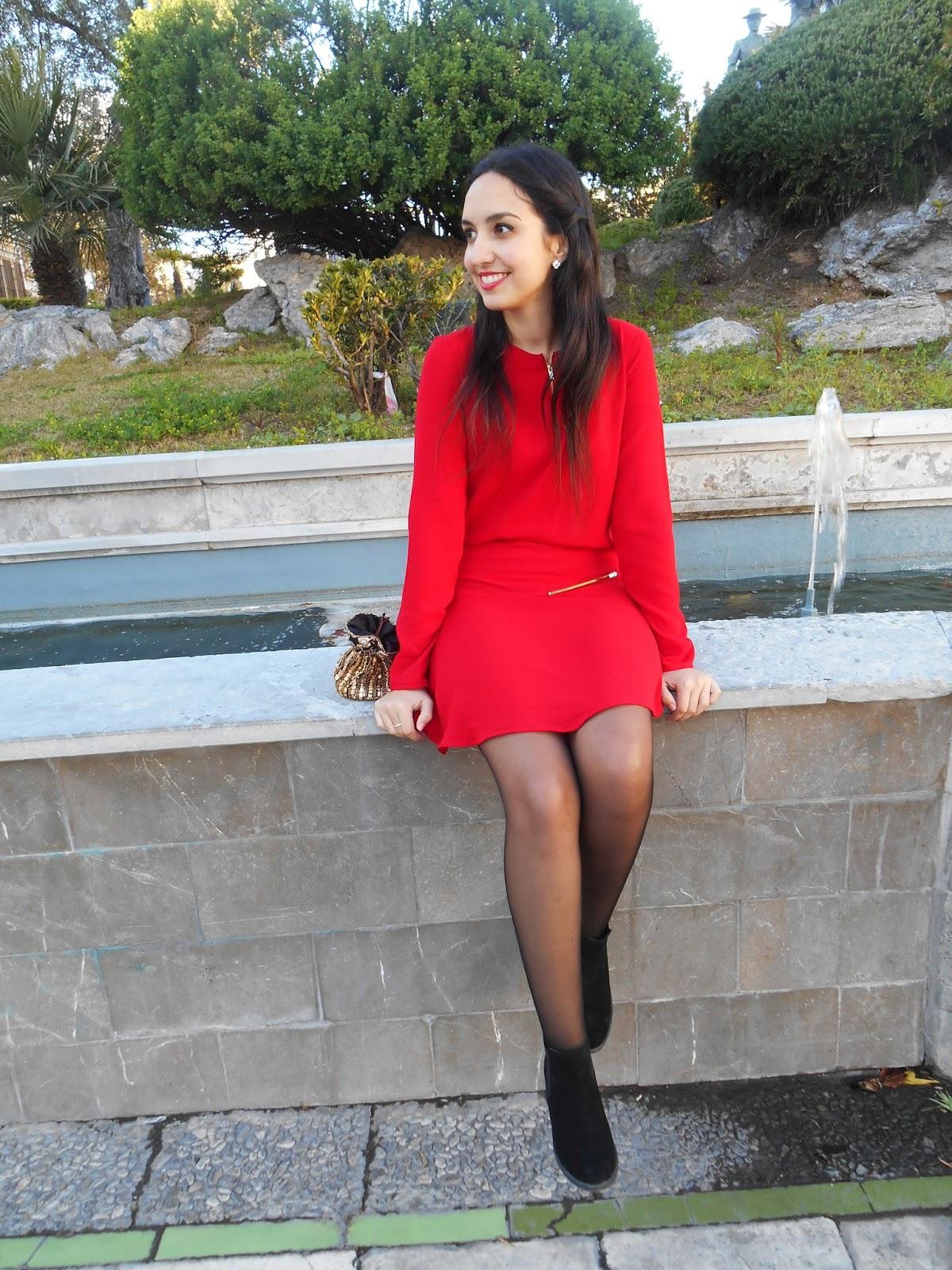 Vestido corto y medias negras