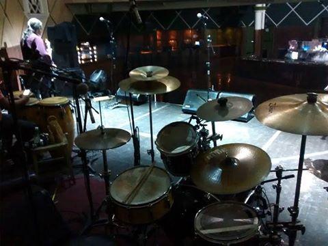 c09f001e2dd O palco montado para o soundcheck no Cine Joia. À esquerda