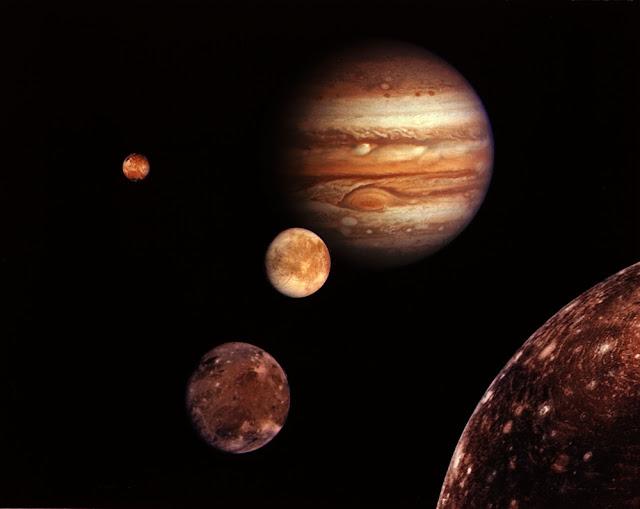 Nhóm bốn vệ tinh lớn nhất của Sao Mộc gồm Io, Europa, Ganymede, và Callisto. Khoảng cách trong hình là không đúng tỷ lệ thực tế. Hình ảnh: NASA/JPL.