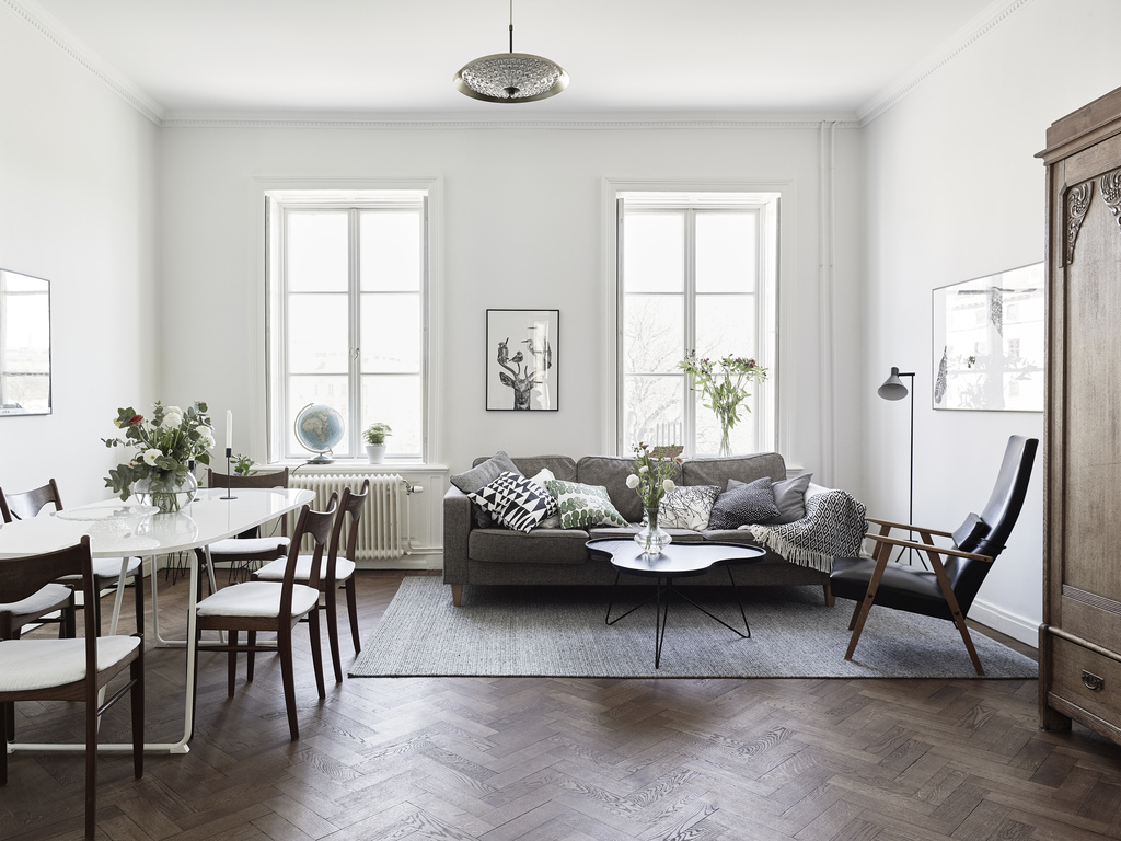 Appartamento svedese con elementi di arredo scuri e chiari for Arredamento svedese