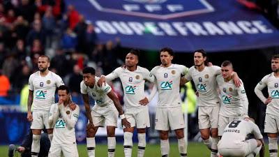 Daniel Alves, Neymar, ajoelhado, Kimpembe, Nkunku, Marquinhos, Cavani, Verrati, Paredes e Bernat assistem à disputa de pênaltis em PSG x Rennes (Foto: EFE/EPA/IAN LANGSDON)