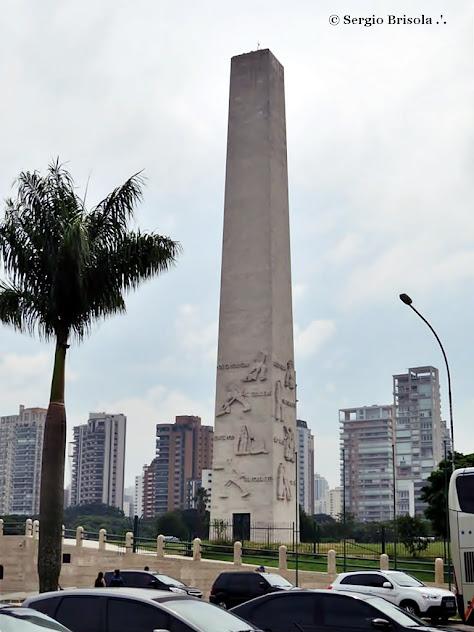 Visão frontal do Obelisco do Ibirapuera - São Paulo