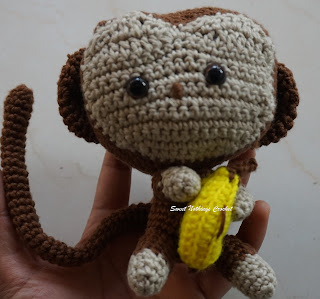 free crochet monkey with banana amigurumi pattern, free crochet monkey with banana stuff toy pattern, free crochet monkey ears headband pattern