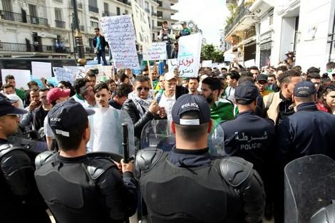"""المطلبة بـ""""رحيل النظام"""" تجمع آلاف الطلاب في قلب الجزائر العاصمة"""