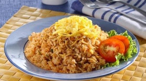 Nasi Goreng Teri yang Istimewa dan Mudah - Nasi goreng cocok untuk dijadikan sarapan ataupun makan malam. Nasi goreng sepertinya sudah menjadi makanan wajib dan sudah biasa di konsumsi oleh masyarakat di dalam negeri maupun luar negeri. Nasi goreng hampir ada di setiap wilayah di Indonesia, bahkan sudah banyak pula pedagang keliling atau rumah makan dan restoran terkenal yang menggunakan masakan nasi goreng sebagai salah satu menu hidangan utama. Nasi goreng teri termasuk salah satu dari sekian banyak jenis nasi goreng yang ada di Indonesia bahkan di dunia. Nasi goreng teri hampir sama dengan nasi goreng pada umumnya, hal yang membedakan terletak pada ikan teri sebagai bahan yang dibutuhkan.