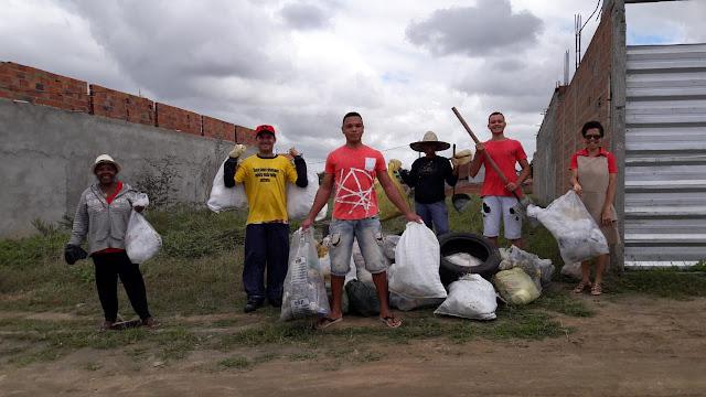Alguns moradores, do bairro Morada Nobre, em Ipirá, reuniram para realizar ação de limpeza pública