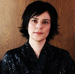 Fernanda Takai tem música em cheias de charme