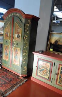 Muebles pintados con motivos religiosos y naturales en desembalaje Cantabria