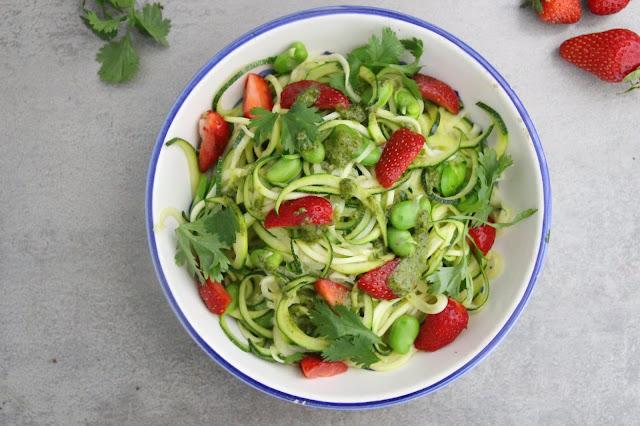 Cuillère et saladier : Spaghettis de courgette, fèves et fraises, sauce coriandre