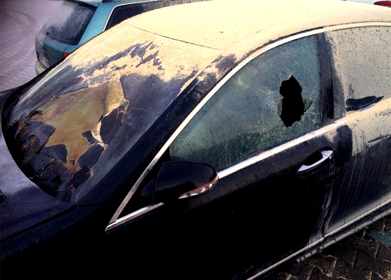 Vieglās automašīnas apdedzis priekšējais stikls