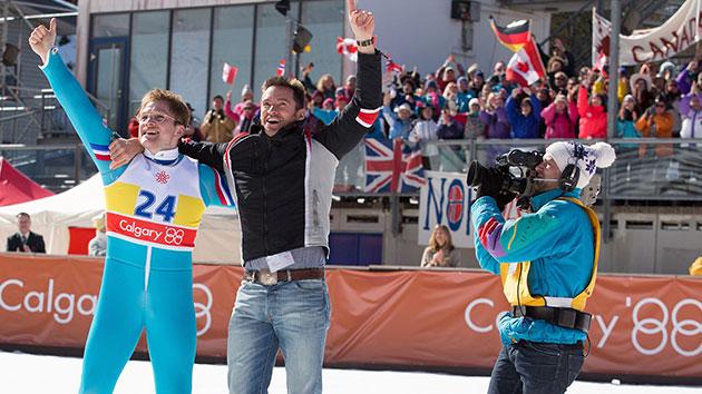 Los dos actores protagonistas celebrando uno de los triunfos de Eddie en las Olimpiadas de Calgary del 88