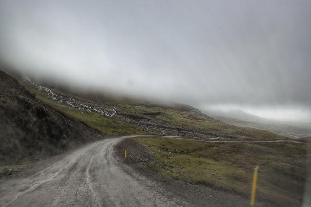 Estrada coberta de névoa em Seydisfjordur, na Islândia