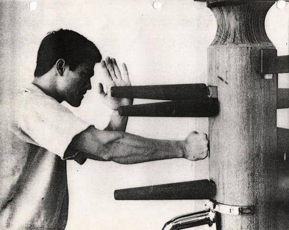 Bruce Lee sedang berlatih