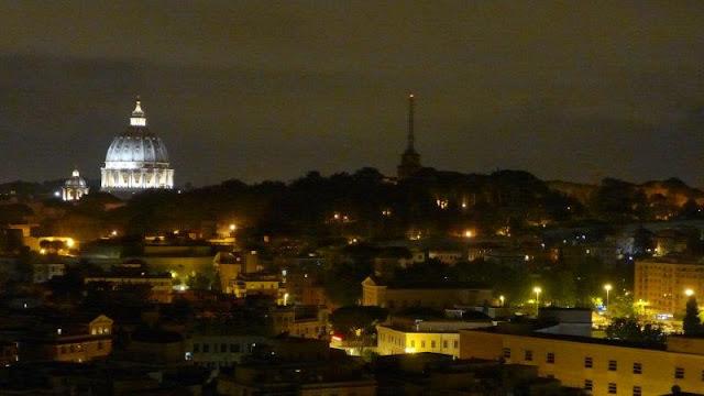 Cúpula iluminada de la basilica di San Pietro San Pedro en el Vaticano en Roma por la noche