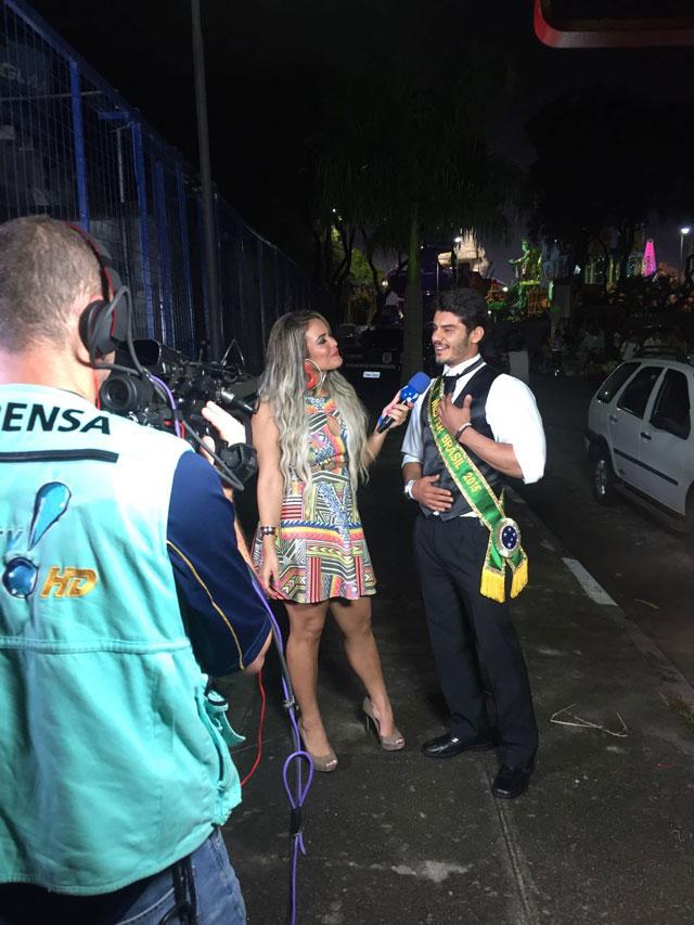 Mariano Jr. é entrevistado por Geisy Arruda nos bastidores do Carnaval de São Paulo. Foto: Divulgação