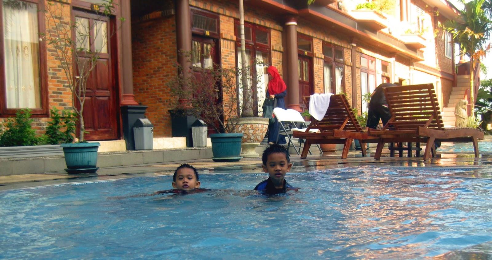 Terdapat beberapa hotspot kolam renang di Samosir Villa Resort