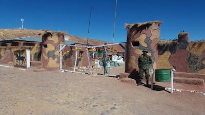 Der Eingang zu unser Militärcamp, wo ich heute die von den Soldaten erbaute Grotte für den Patron San Santiago einweihen durfte.
