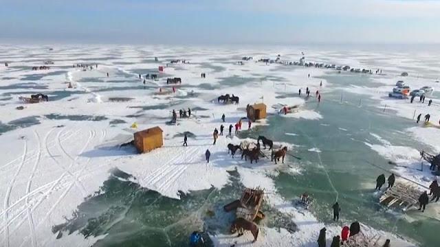 Τουρνουά ψαρέματος στον πάγο (βίντεο)