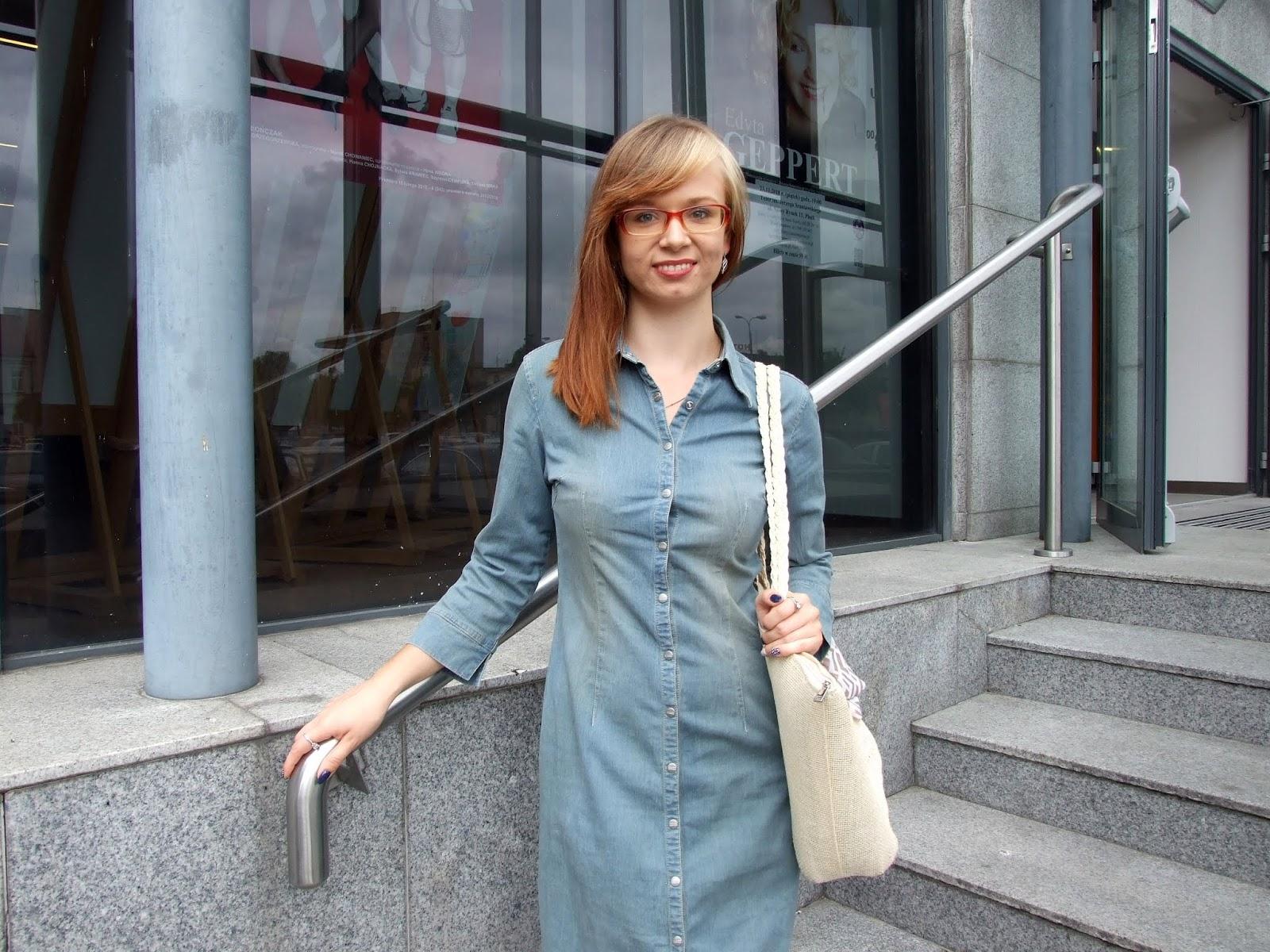 Dżinsowa sukienka z koturnami