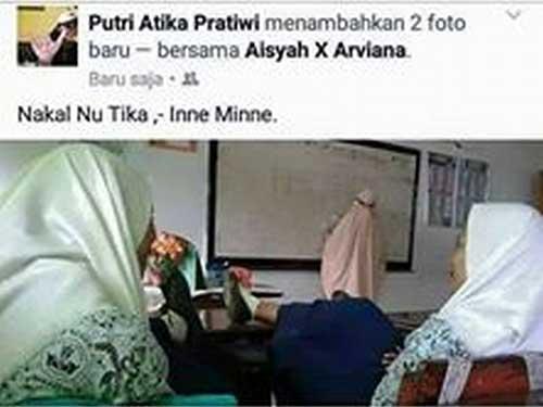 Foto Siswi SMP Taruh Kaki Diatas Meja Saat Pelajaran