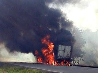 Caminhão pega fogo e parte da BR fica interditada, na saída de João Pessoa