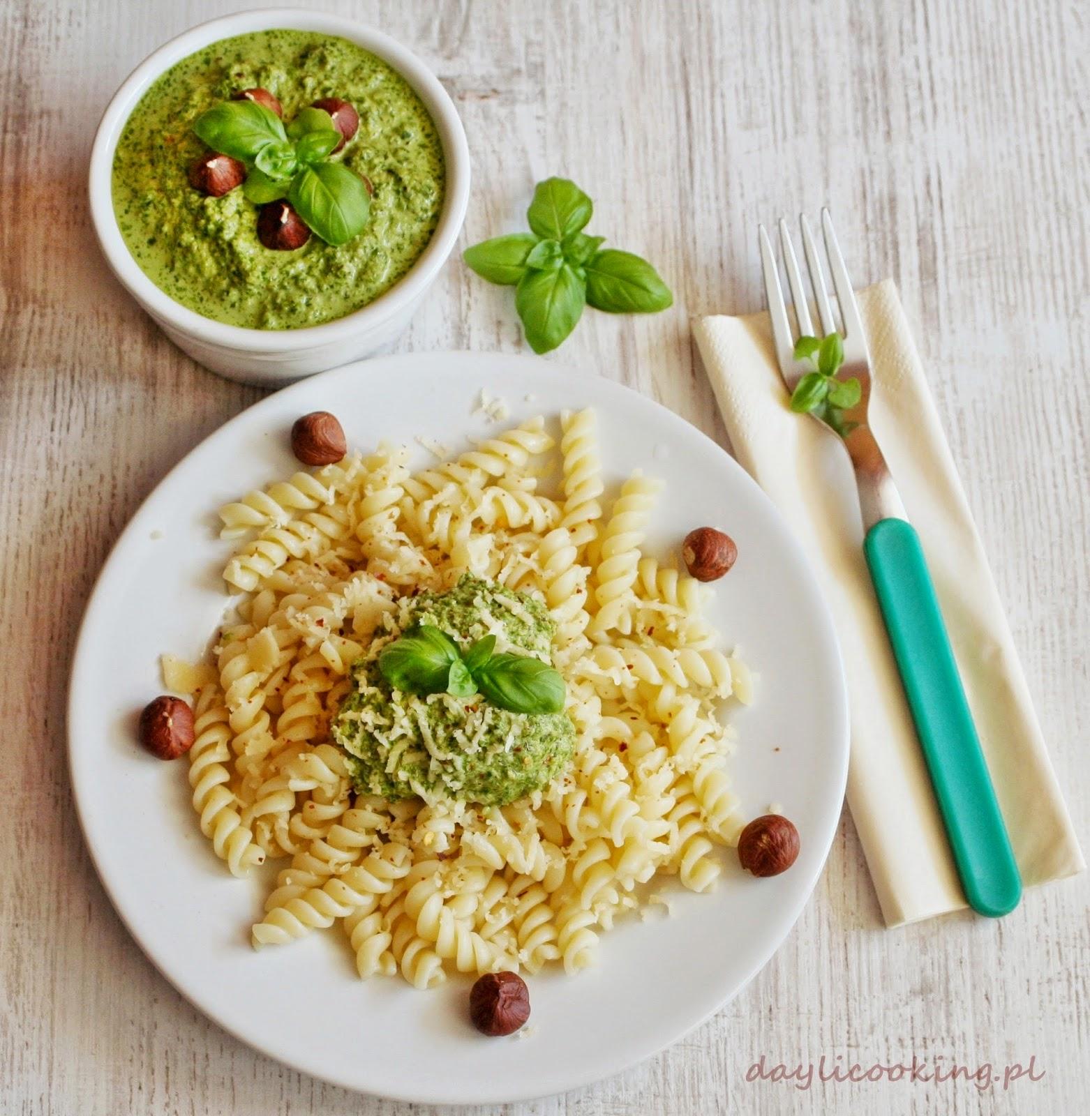 Pesto z sałaty z dodatkiem bazylii, czosnku i orzechów
