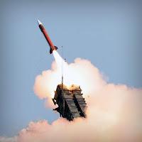 Rampadan fırlatılmış olan bir Patriot hava savunma füzesi