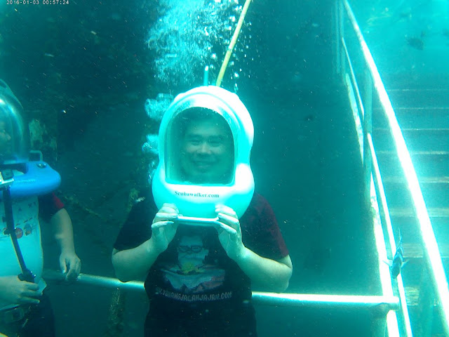 Sea walking dengan helm oksigen, seperti pentol bakso :)