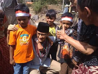Sandiaga Berikan Bantuan Secara langsung Di lokasi Bencana Lombok