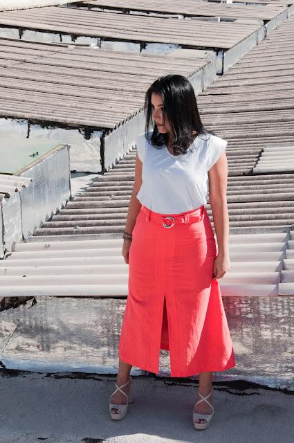 Saia midi com fenda frontal e blusa branca - Loja Mirelle Sampaio