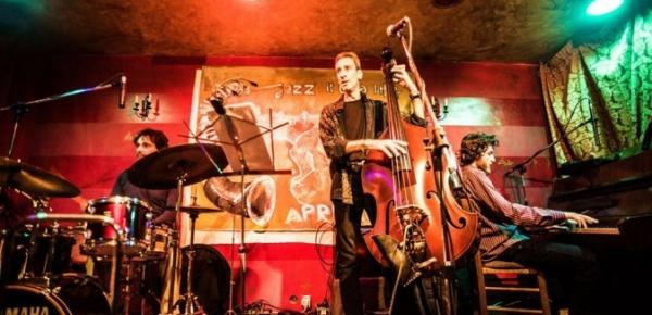 Ναύπλιο: Μάνος Λούτας Trio live στο Φουγάρο