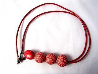 Collier rouge en cuir avec perles en pâte FIMO