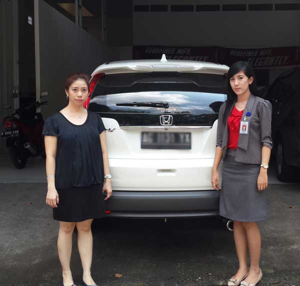 Marketing Executive Afrilia Devi with Customer HR V