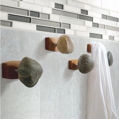 Knob atau pengait gantungan handuk terbuat dari batu
