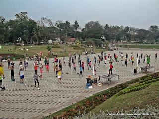 Relato da viagem de passagem por Pakse e a visita a Vientiane, capital do Laos. Belas avenidas e templos na praça do Pha That Luang e o COPE.
