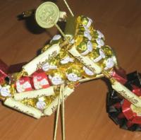 подарок на 23 февраля своими руками из конфет