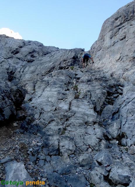 Subida a la Torre de la Palanca y la Torre de Diego Mella saliendo de la Horcada de Valcavao  y pasando por el Refugio de Collado Jermoso en el Macizo Central de Picos de Europa.
