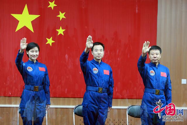 Lưu Dương, Cảnh Hải Bằng (chỉ huy) và Lưu Vượng, là ba phi hành gia của sứ mệnh Thần Châu 9. Hình ảnh: China.com.cn.