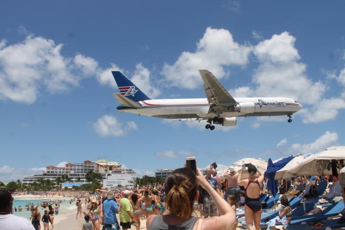 Karibian risteily lasten kanssa - vinkit ja kokemuksia Carnival Glory ja MSC Divina / Maho Beach