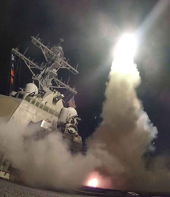 Marinha americana distribuiu fotos do lançamento dos mísseis