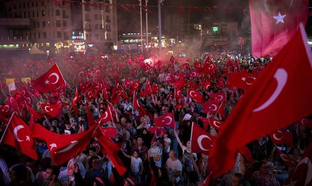 Protes Anti Kudeta, Bendera Turki Laku Keras