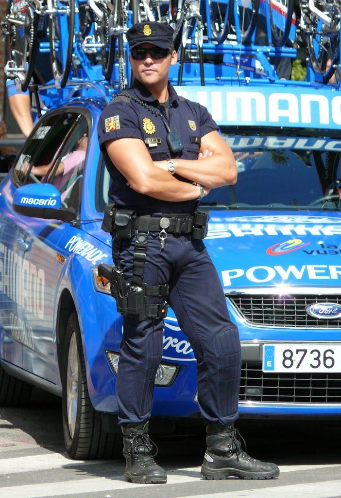 Policial sarado gato pelado 1