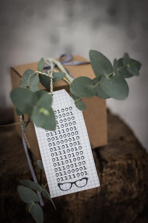 Eine Geburstagskarte im Binärcode zum gratis Download für Nerds und alle Zahlenfreunde. titatoni.de