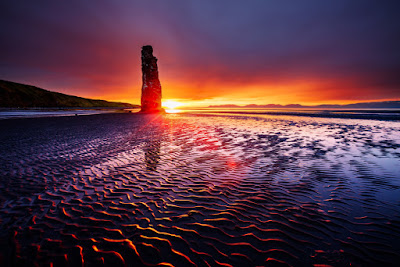 Playa islandesa con el sol de media noche que ofrece casi 24 horas de luz solar