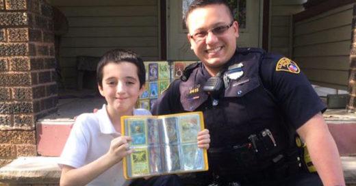 Policía le regala a un niño su colección de tarjetas de Pokemón