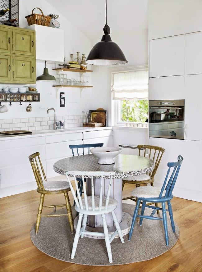Mieszkanie w skandynawskim stylu z dodatkami vintage, wystrój wnętrz, wnętrza, urządzanie domu, dekoracje wnętrz, aranżacja wnętrz, inspiracje wnętrz,interior design , dom i wnętrze, aranżacja mieszkania, modne wnętrza, białe wnętrza, styl skandynawski, vintage, starocia, kuchnia, jadalnia, stół, vintage