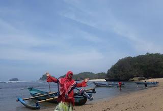 Foto dengan latar perhau nelayan di Pantai Bantol