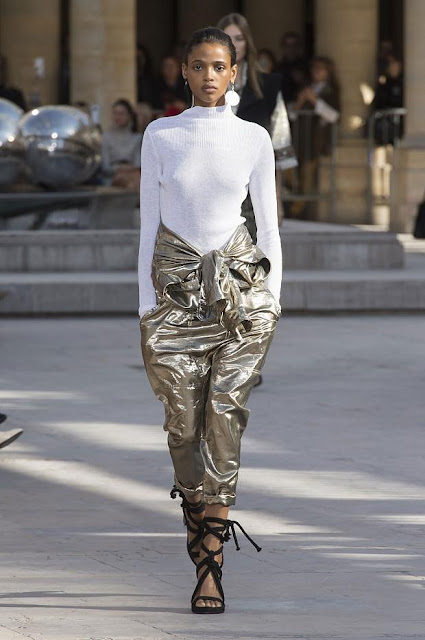pantaloni metallic gold tendenza primavera estate 2017 tendenza lamè accessori lamè abiti lamè abiti metallizzati metallic street style metallic trend